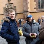 Verteilung gespendeter Jacken vor Leonhardskirche